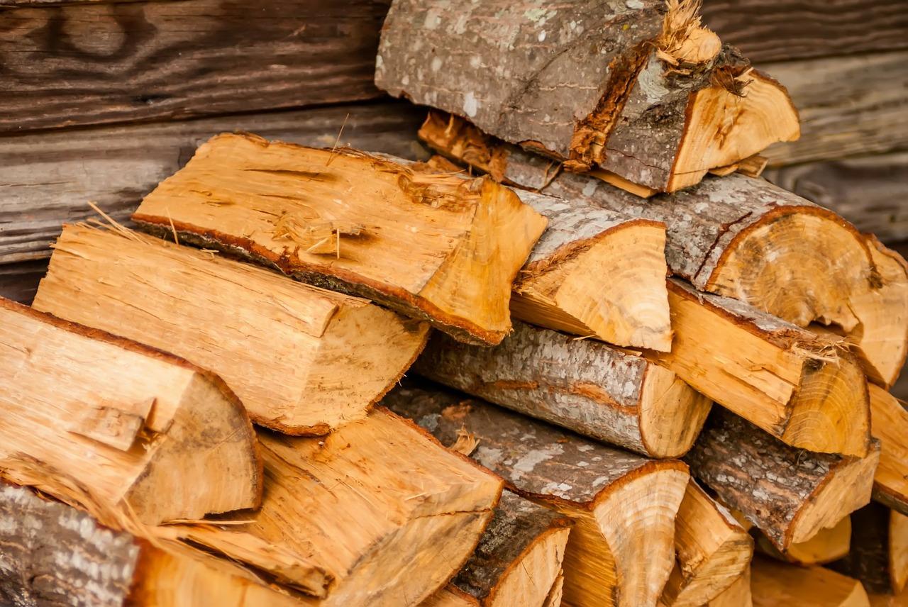 Log Splitters safety tips. image of split wood